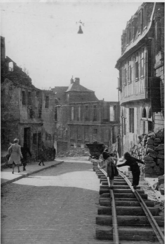 1946 Blick Dalbergstraße Richtung Mainbrücke rechts unten die Ruine der Meisterschule