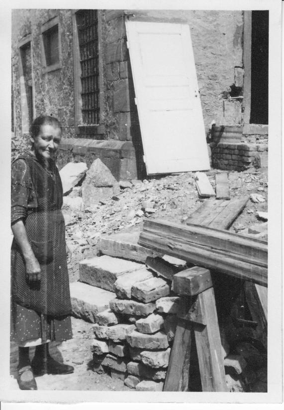 Foto von Alois Grimm 1946 Katarina Grimm geb Stöckinger (Mutter von Alois Grimm) richten sich in den Ruinen des Bassenheimer Hofs ein, da das eigene Anwesen in der Fischergasse 12 durch Kriegsschäden völlig unbewohnbar war.